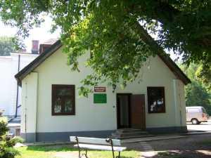 Dworek rodu Lutosławskich (wejście do Muzeum Przyrody)